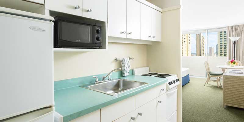 フルキッチン設備 - 電子レンジ、冷蔵庫、オーブン機能付きコンロ